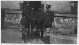 PHOTO ORIGINALE GROUPE DE SOLDATS DEVANT INFIRMERIE FORMAT 11 X 6.50 CM - Guerra, Militari