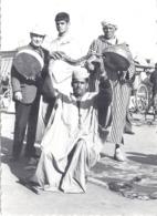MARRAKECH  CHARMEUR DE SERPENT BRANDIT LE REPTILE AU DESSUS DE SA TETE  DECEMBRE 1973 - Afrique