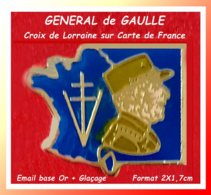 SUPER PIN'S Du GENERAL De GAULLE : Avec CROIX De LORRAINE Sur CARTE De FRANCE, émail Base Or + Glaçage 2X1,7cm - Beroemde Personen