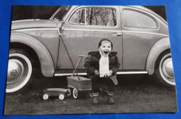 """VW Volkswagen KÄFER # """"Kleiner Junge Lachend Vor Papas Auto"""" # Original Altes Photo # [19-2445] - Coches"""