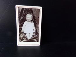 Photo CDV ( 10.5 X 6.5 Cm ) Bébé Assis Dans Un Fauteuil - Anonymous Persons