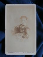 Photo CDV Verneuil à Paris - Portrait Nuage Fillette Assise, Circa 1870 L465 - Fotos