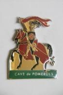 Pin's - Vin Vigne Domaine / CAVE De POMEROLS 34 HERAULT Chevalier Et Son Destrier Emblème Coopérative BEAUVIGNAC - Trademarks