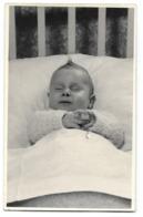 Enfant Sur Son Lit De Mort  Photo Carte Post Mortem - Personnes Anonymes