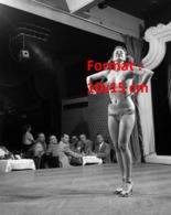 Reproduction D'une Photographie Ancienne D'une Danseuse Dénudée De Cabaret Sur Scène Devant Un Public - Reproductions
