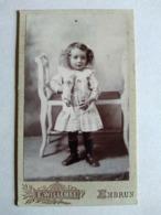 Photographie Ancienne CDV - Fillette Avec Sa Poupée. Robe Fines Rayures - Photo Willemse, EMBRUN - Antiche (ante 1900)