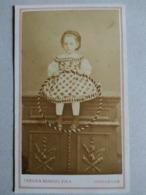 Photo Ancienne CDV - Second Empire - Fillette Assise Sur Buffet Avec Cerceau - Photo Taron & Reboul, Marseille - TBE - Ancianas (antes De 1900)