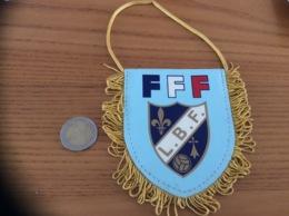 Fanion «FFF (FÉDÉRATION FRANÇAISE DE FOOTBALL) - LBF (LIGUE BRETAGNE FOOTBALL» (HERMINE, LYS) - Apparel, Souvenirs & Other