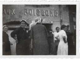 """D29 - DOUARNENEZ - PHOTO -  Inscrit Au Verso : """"UNE DISPUTE DEVANT  LA HALLE AUX POISSONS DOUARNENEZ"""" - Douarnenez"""