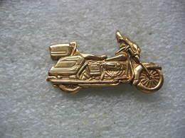 Pin's Moto Harley Davidson De Couleur Dorée En Relief, - Motorbikes