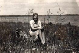 Photo Originale Pin-Up Romantique Sexy En Campagne Et Bord De Fleuve Vers 1940 - Pin-Ups