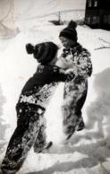 Photo Originale Sports D'Hiver & Enfants Au Combat Sumo Enneigés De La Tête Aux Pieds 1930/40 - Anonymous Persons