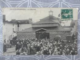 85 Sainte Hermine (85) - Un Jour De Marché  LES HALLES - Sainte Hermine