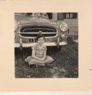 Peugeot - 403 : Fillette En Pose Devant Le Nez D'une 403 ( Immatriculée ....93 ) - Format 8cm X 8cm - Auto's