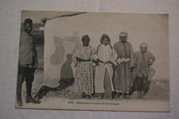 FEZ.   Mauresques à La Porte De Leur Baraque - Fez