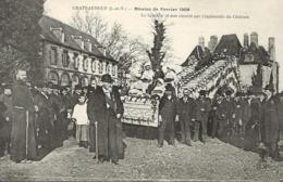 Chateauneuf D'ille Et Vilaine----Mission De Fevrier 1909-- Le Crucifix Et Son Escorte Sur L Esplanade Du Chateau - Other Municipalities