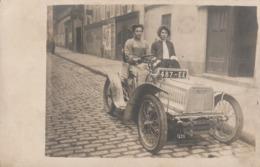 Voiture Ancienne Avec Deux Femmes Dont Une  Au Volant - Photos