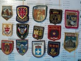 LOT DE 14 ECUSSONS A BRODER. LOCALITES DIVERSES. MILIEU / FIN XX° SIECLE NDO - Blazoenen (textiel)