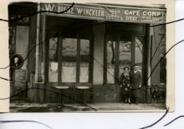 CARTE PHOTO. CPA . LYON ?? Devanture Du Café Du Quai MARQUETOUT. Comptoir, Siége Jeux De Boules Lyonnaise, Bière WINCLER - Photographie