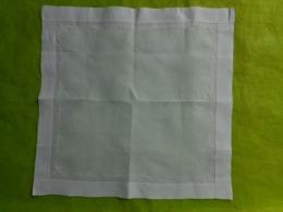 Lot De 24 Mouchoirs Ou Pochettes Avec Monogramme Ou Autre - Vintage Clothes & Linen