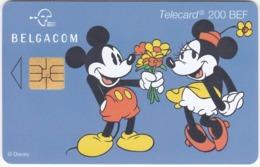TC113 TÉLÉCARTE BELGACOM 200 BEF - DISNEY - MICKEY OFFRANT UN BOUQUET DE FLEURS A MINNIE - Disney