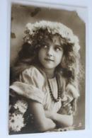 Enfant Fillette Couronne De Fleurs Dans Les Cheveux En L Etat - Portraits