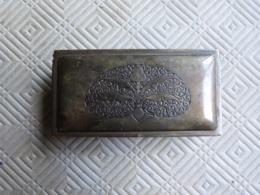 BOITE A TIMBRES 3 COMPARTIMENTS EN LAITON DORE , EPOQUE ART DECO , DECOR SUR COUVERCLE , MARQUE SUR FOND GES GESCH - Stamp Boxes