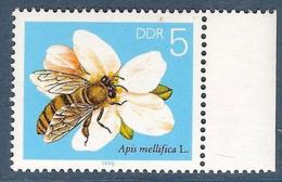 Rép. Déemoratique Allemande. Lot De 3 Timbres Abeille Butinant - Bienen