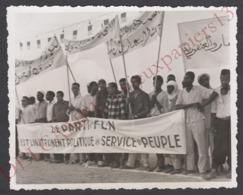 TB Photo Originale Amateur C.1960 Manifestation FLN Algérie Banderole Arabe C.1960 Période Guerre - 11x9 Cm Snapshot - Afrique