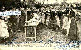 CPA - NOCE EN BRETAGNE - LES SERVANTES ATTENDENT LES PLATS (ETAT PARFAIT) - France