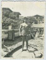 Jeune Homme Musclé Bombant Le Torse. Torse Nu. Nude. Muscular. Gay Interest. - Persone Anonimi