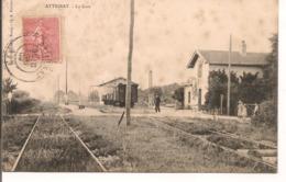L80b031 - Attignat - La Gare - Chef De Gare Et Wagon - L.Ravier - Petite Animation - Sonstige Gemeinden