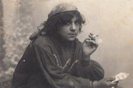 CARTE PHOTO ALLEMANDE - GUERRE 14-18 - VILNUS - WILNA (LITUANIE) - GITANE LISANT LA BONNE AVENTURE ? - Guerre 1914-18