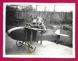 Deux Photographies Des Années 1930 - Un Enfant Jouant Avec Une Maquette D'avion - Aviation