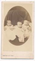 Photographie Ancienne XIXe CDV C. 1860 Portrait De Trois Bébés Triplés Jumeaux Twins Rare Photographe Bertall - Photographs