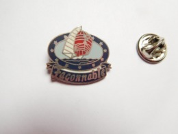 Beau Pin's En EGF , Marine Bateau Voilier , Façonnable , Signé Pin's Média - Barcos