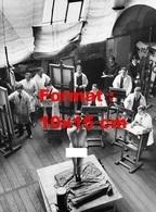 Reproduction D'une Photographie Ancienne D'une Jeune Femme Nue Servant De Modèle à Un Atelier De Dessin Et Peinture 1937 - Reproductions