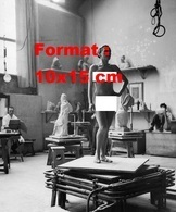 Reproduction D'une Photographie Ancienne D'une Jeune Femme Nue Servant De Modèle à Un Atelier De Dessin En 1937 - Reproductions