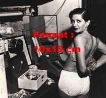 Reproduction D'une Photographie Ancienne D'une Danseuse De Cabaret Retirant Son Soutien-gorge En 1950 - Reproductions