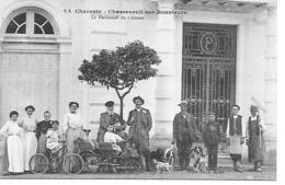 25/10     16   Chasseneuil Sur Bonnieure   Rare Cpa   Le Personel Du Chateau  (animations) - Francia