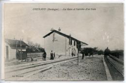 1587. CPA 24 CHENAUD. CARTE ENTIEREMENT DEDOUBLEE. LA GARE ET L'ARRIVEE D'UN TRAIN 1906 - Otros Municipios