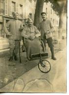 1589. WW1 GUERRE 14/18. PHOTO BLESSE ET SON CAMARADE SAUVE DE LA MORT. PETIT TEXTE EXPLICATIF JOINT. HURTEBISE - Guerra, Militares