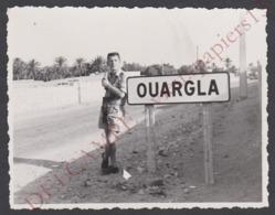 Photo Originale C.1960 Légion étrangère AFN  Algérie Légionnaire Au Panneau Ouargla Avec Appareil Photo - 10,5 X 8 Cm. - Guerre, Militaire