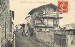 - Loire -ref-B64- Saint Germain Laval - St Germain Laval - Une Vieille Maison - Batiments Et Architecture - Femmes - - Saint Germain Laval
