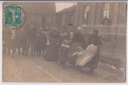 CARTE PHOTO ECRITE DE MEAULTE EN 1910 - MAMANS ET ENFANTS DANS UNE RUE DU VILLAGE - MAISONS ET EGLISE ? -z 2 SCANS Z- - Meaulte