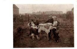 Carte Photo Originale Famille Au Jardin, Mère & Bébé, Père En Uniforme, Fillette Sur Ses Genoux & Ours En Peluche 1910 - War, Military
