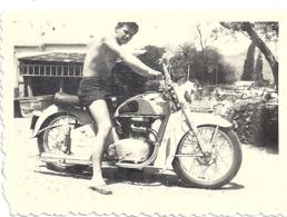 HOMME TORSE NU SUR UNE MOTO - Foto's