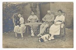 Carte Photo VOIR ZOOM Famille Homme Et 3 Femmes Avec 2 Chiens Dans Un Jardin - Fotografía