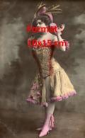 Reproduction D'une Photographie Ancienne D'une Danseuse De Cabaret Avec Corset Brodé Et Chapeau De Plumes - Reproductions