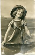 Jeune Fille Avec Bateau - Portraits